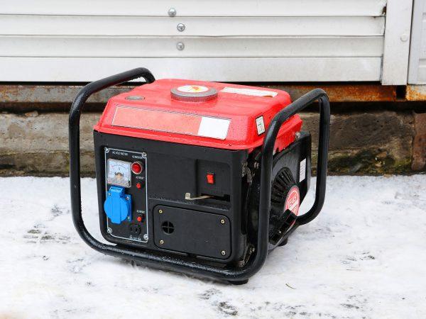 Beim Camping in der freien Natur greifen viele auf einen Inverter Stromerzeuger zurück. Dadurch kannst du beispielsweise deine Handy aufladen.(Bildquelle: Laura Pluth/ Unsplash.com)